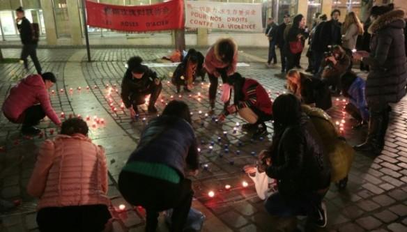Reunión de las Rosas de Acero, asociación de trabajadoras del sexo chinas, en Belleville, el 17/12/15 (J.DEMARTHON/AFP)
