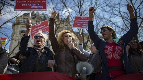 Trabajadoras sexuales se manifiestan contra el proyecto de ley que prohibe pagar por recibir servicios sexuales, en París, el 6 de abril de 2016 (EFE)
