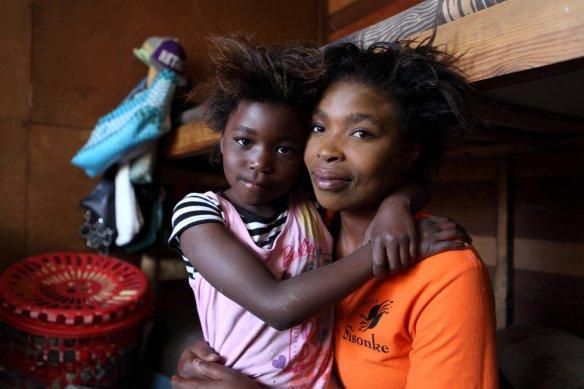 Ncumisa Sonandi, exprostituta de 29 años, ahora asesora a otras trabajadores sexuales. A su lado, su hija Luciana, de seis años. JAMES OATWAY