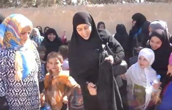 Mujeres sirias vistiéndose al fin como les da la gana queman un burka tras su liberación.
