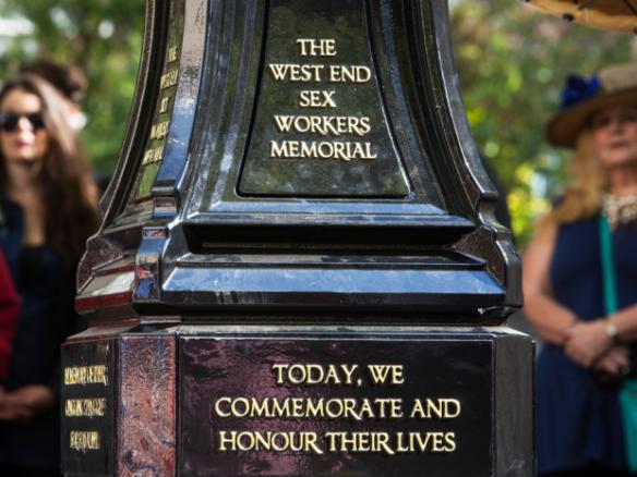 Un monumento dedicado a las trabajadoras sexuales del West End es descubierto en Vancouver el viernes. Ben Nelms para el National Post