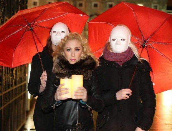 En esta foto de archivo, la trabajadora sexual Kate McGrew se unió a aliados y trabajadoras del sexo en Leinster House una noche del año pasado para una vigilia para conmemorar el Día Internacional para poner fin a la violencia contra los trabajadores del sexo.